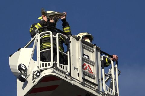 Feuerwehr präsentiert Europahymne am  Krankenhaus