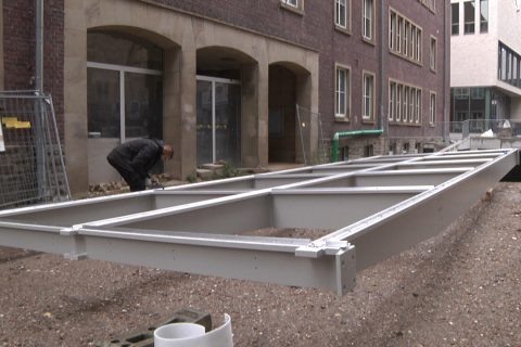Glasüberdachung am einsA wird installiert
